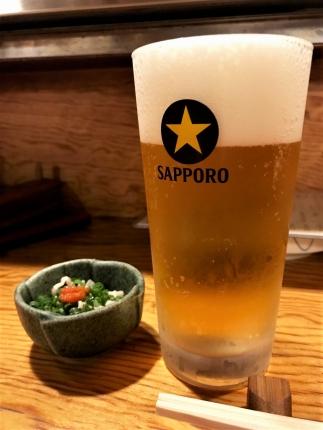 生ビールとお通しの鳥皮ポン酢