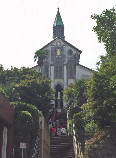 大浦天主堂 正面外観(坂の途中から)
