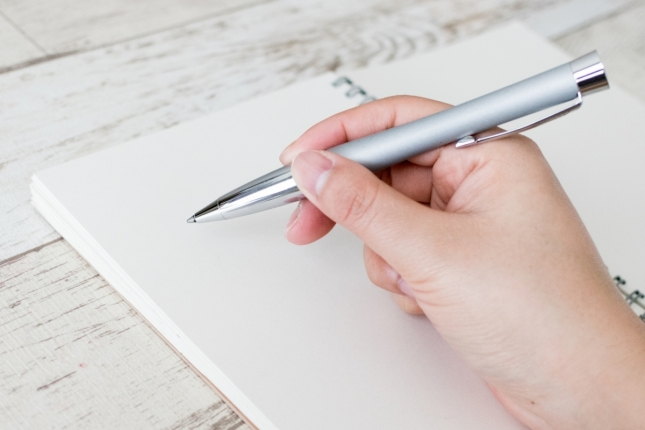 ペンを持ってメモしている様子
