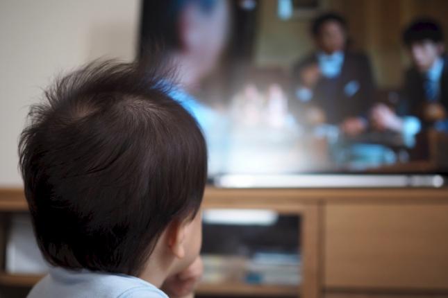 テレビを見る赤子