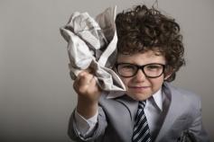新聞を丸める子ども